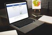a képernyő a laptop és a facebook honlapon tervező munkahelyi