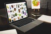 Designer-Arbeitsplatz mit Laptop und Pinterest-Website auf dem Bildschirm