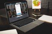 Designer-Arbeitsplatz mit Laptop und verlinkter Website auf dem Bildschirm
