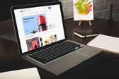 Designer-Arbeitsplatz mit Laptop und ebay-Website auf dem Bildschirm