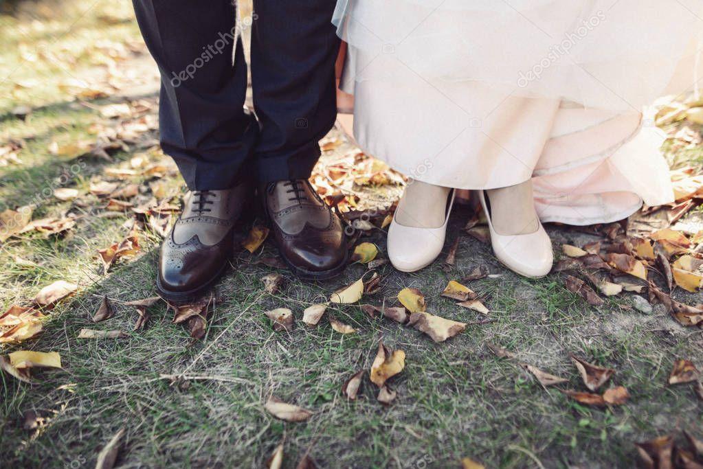 Die Fusse Der Braut Und Des Brautigams Hochzeit Schuhe Gecrosst