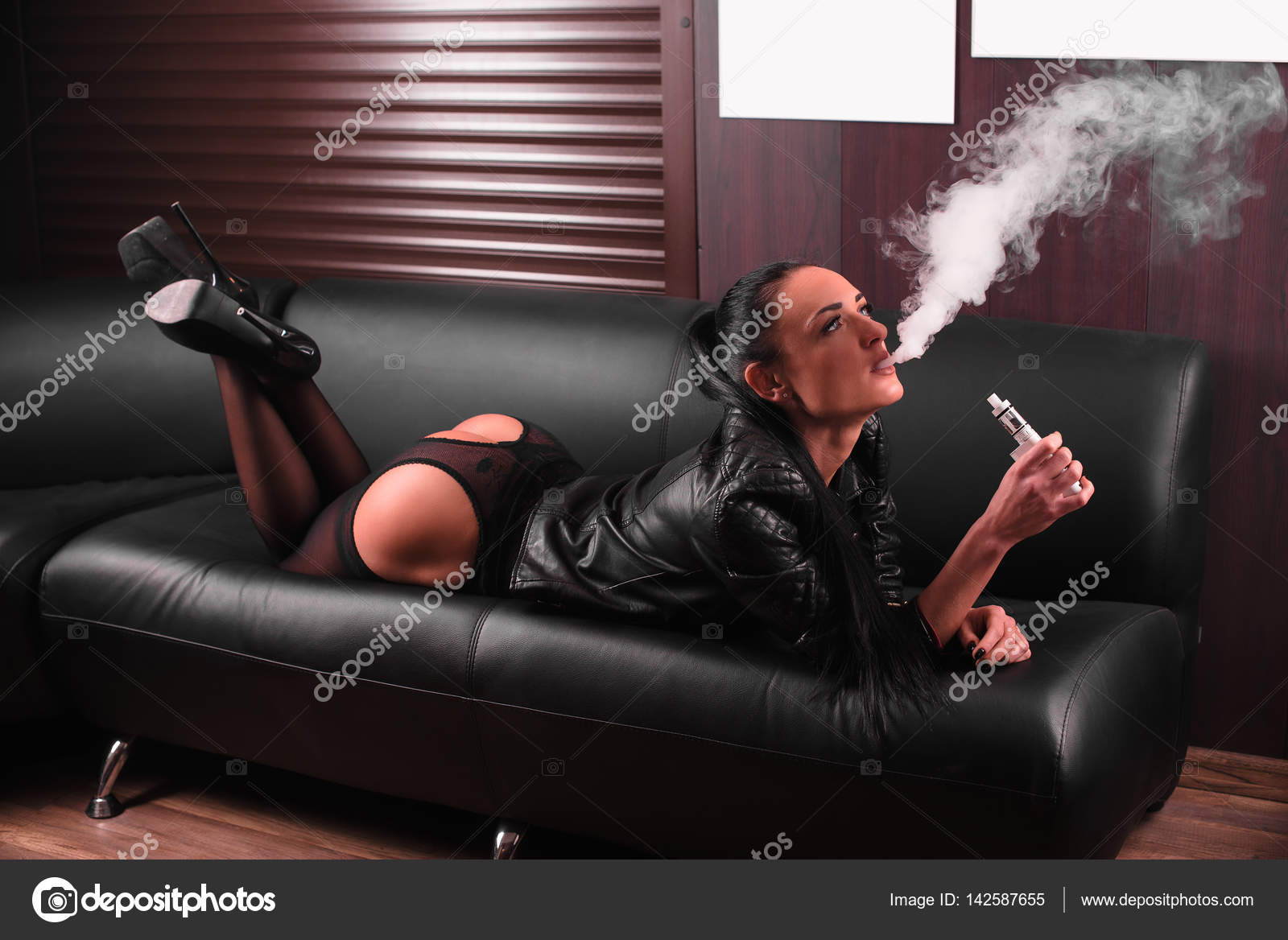Donna sexy sul divano vaping e sigaretta concetto di - Chiavata sul divano ...