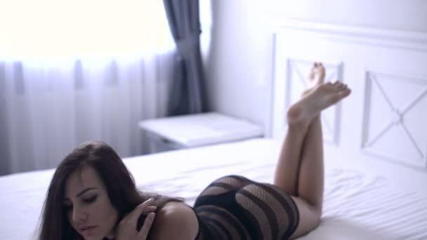 Sexy Erotické prádlo Móda modelu žena na lůžku, pořízení selfie a je smyslná