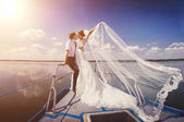 Fényképek Csak házaspár a yacht. Boldog menyasszony és a vőlegény a saját sze