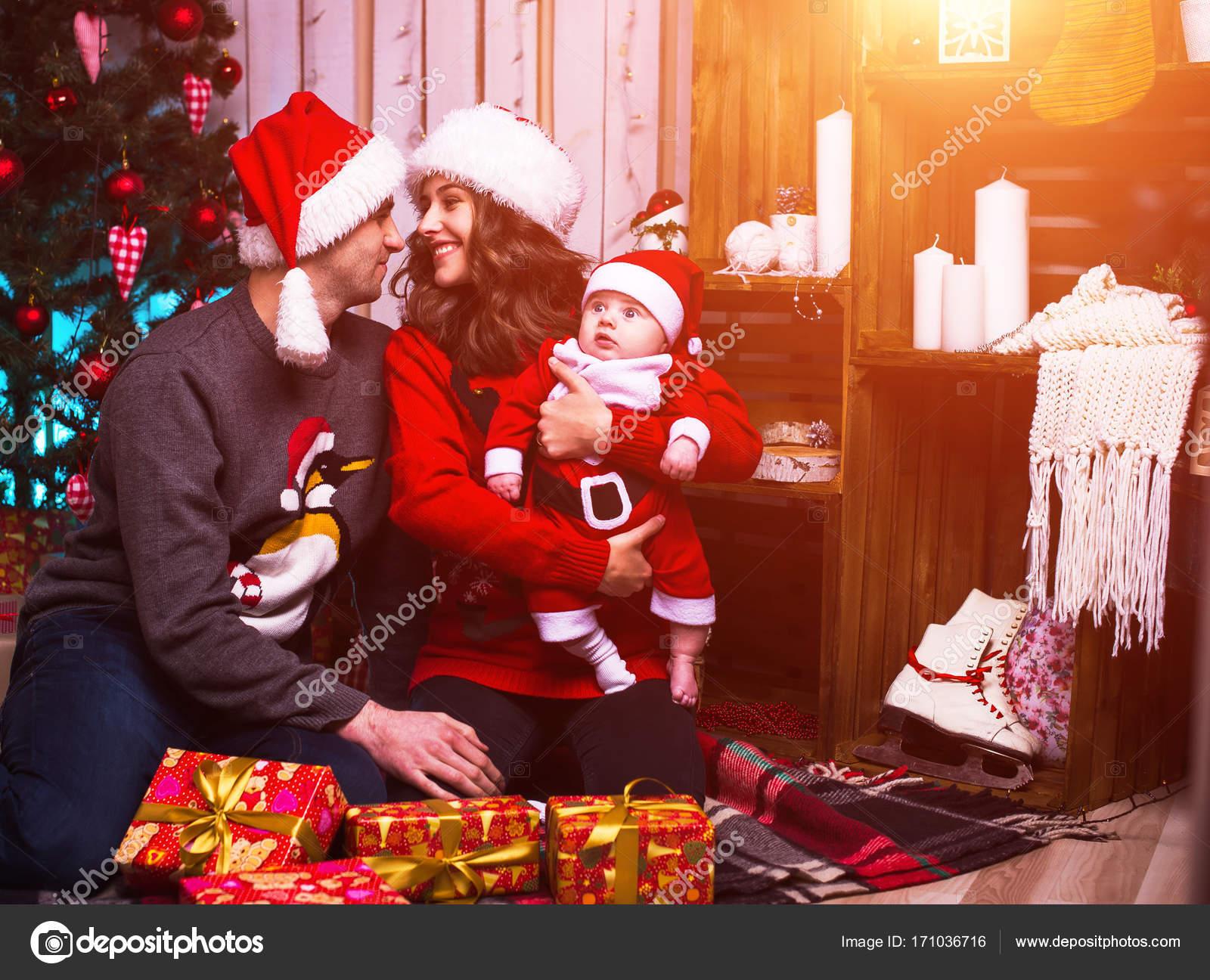 Decorazioni Sala Capodanno : Famiglia nella sala decorata vigilia di capodanno u foto stock