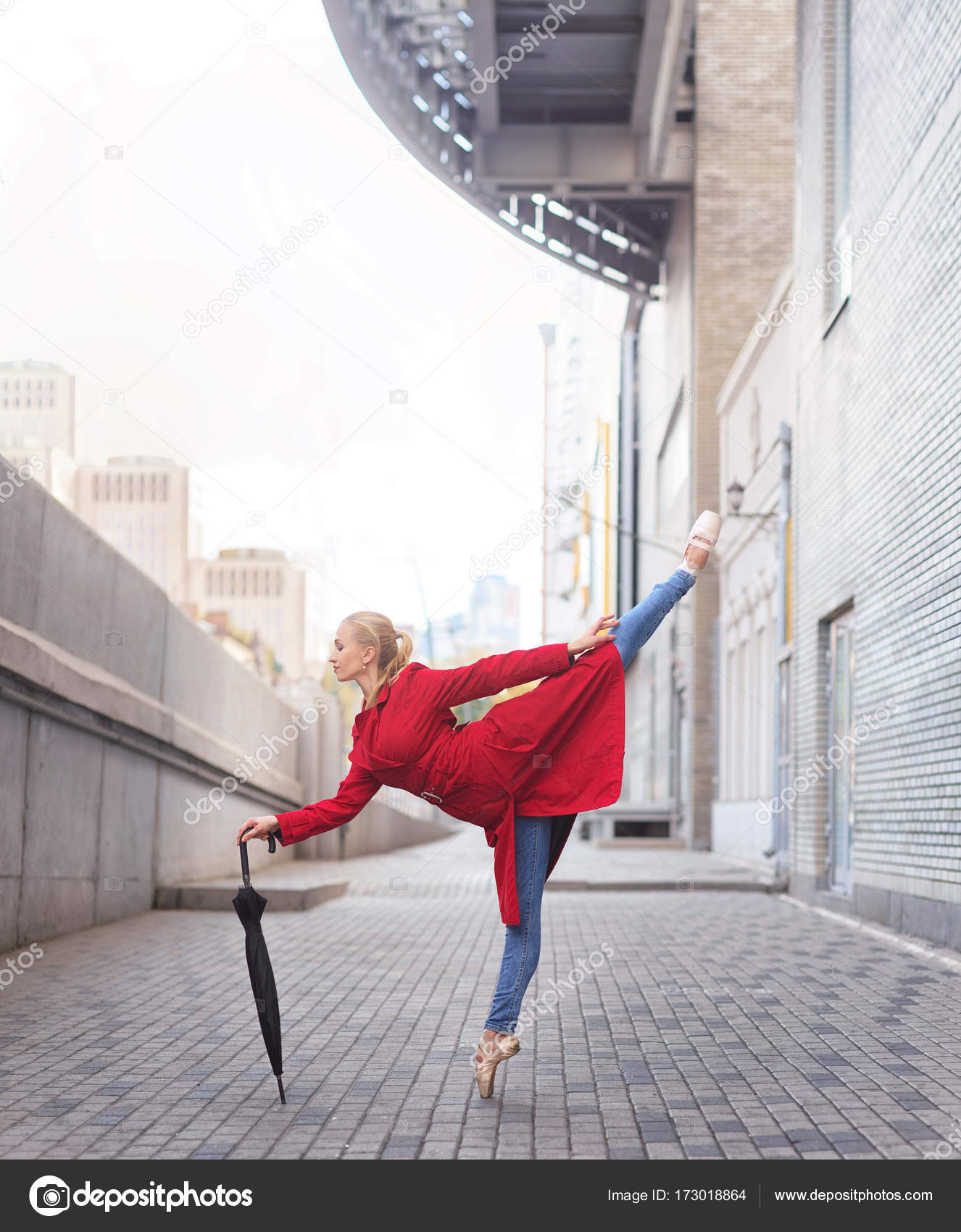 Con L'ombrello Della Città Danza Donna In Ballerina wFO1xqxHt
