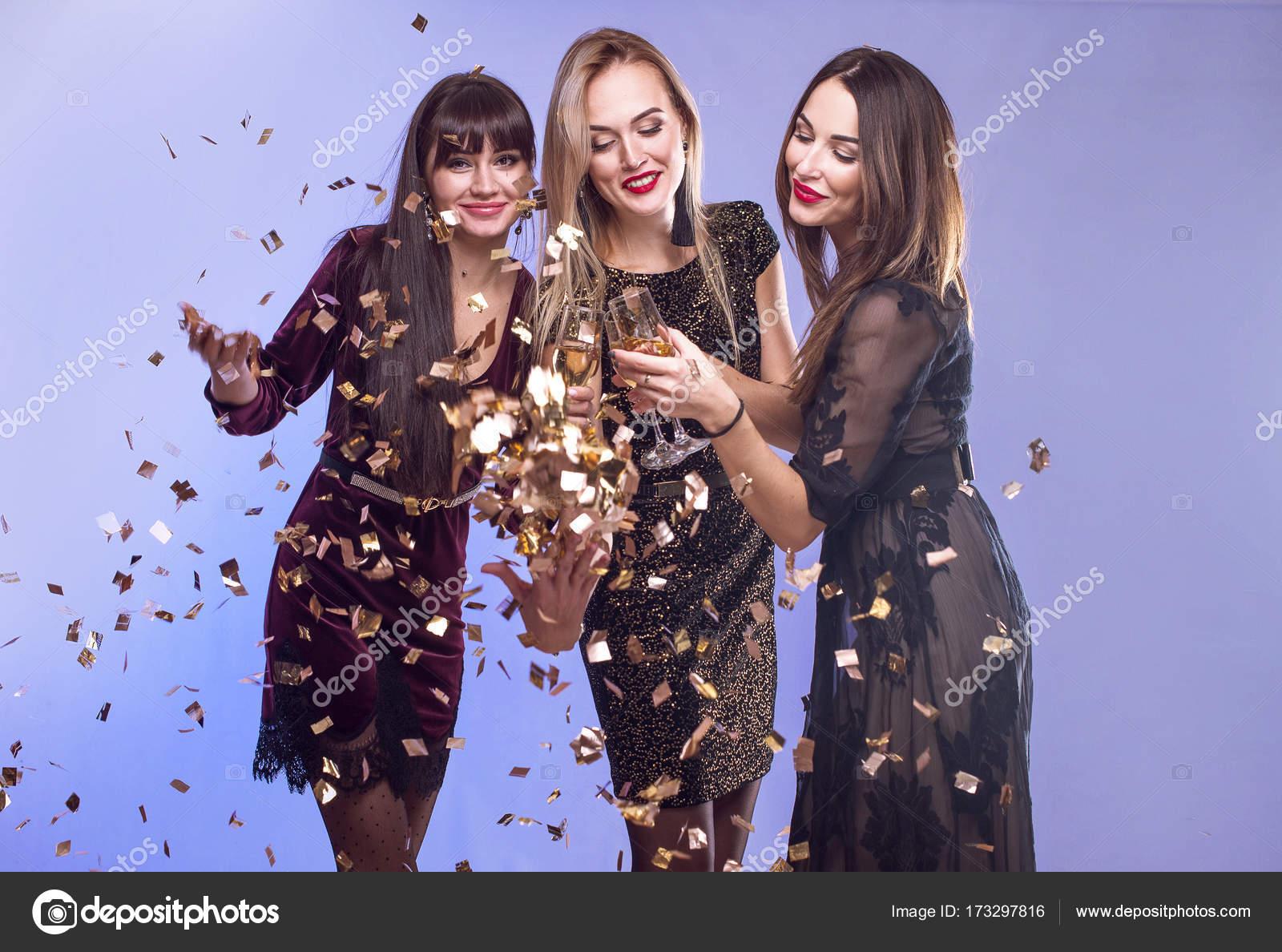 Mujeres atractivas jóvenes celebrando una fiesta, bebiendo champagne ...