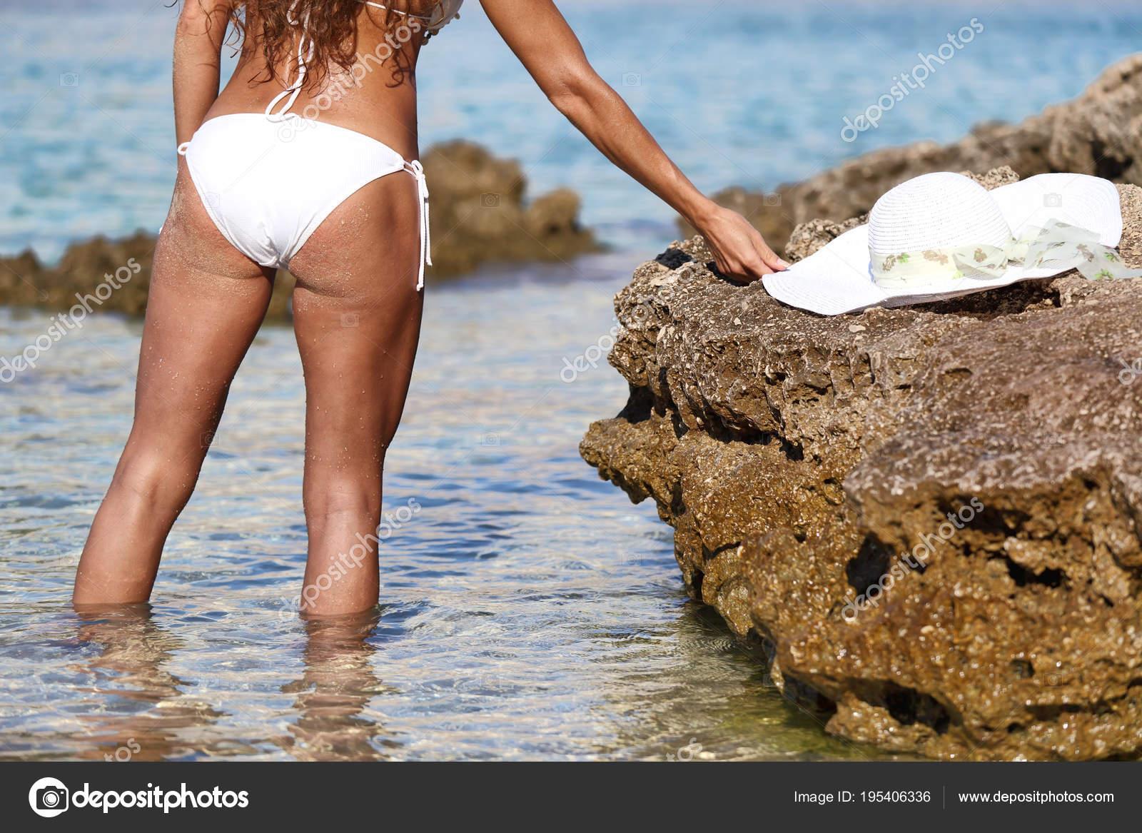 Atractiva Mujer Desnuda Tomando Sol Playa Foto De Stock Vuk8691