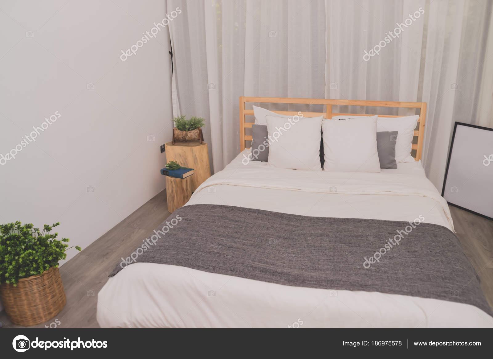 Witte Interieur Inrichting : De witte slaapkamer interieur op elegante inrichting u stockfoto