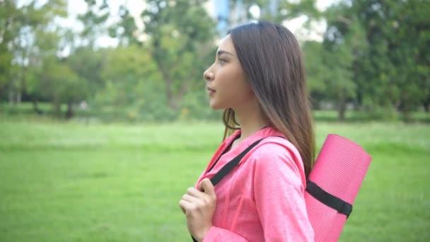 Übungsideen. Junge Frauen, die zielstrebig Sport treiben wollen. 4k-Auflösung.