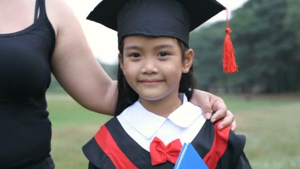 Vzdělávací pojmy. Matka blahopřeje své dceři k maturitě. Rozlišení 4k.