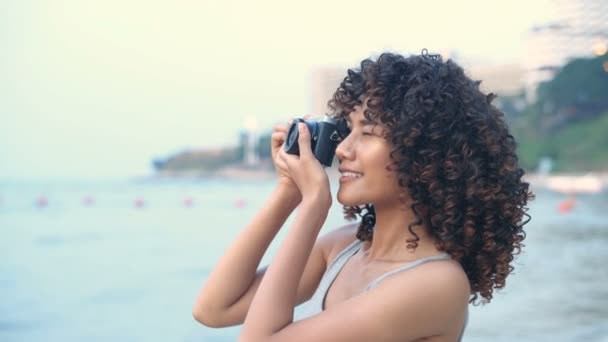 Ferienkonzept. Schöne Mädchen glücklich fotografiert am Strand. 4k-Auflösung.