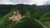 Fotografie starý hrad v horách