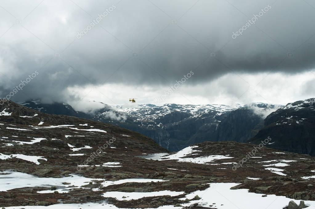Фотообои Helicopter in the Norwegian mountains
