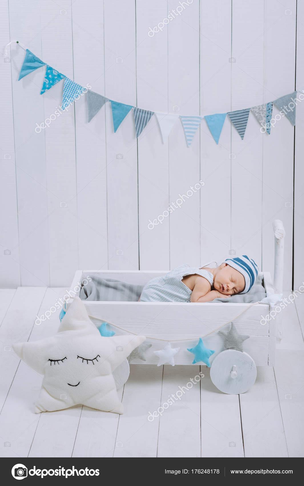 2c0a0789561 Χαριτωμένο Μωρό Νεογέννητο Στο Καπέλο Στον Ύπνο Ξύλινο Κρεβατάκι Μωρού —  Φωτογραφία Αρχείου