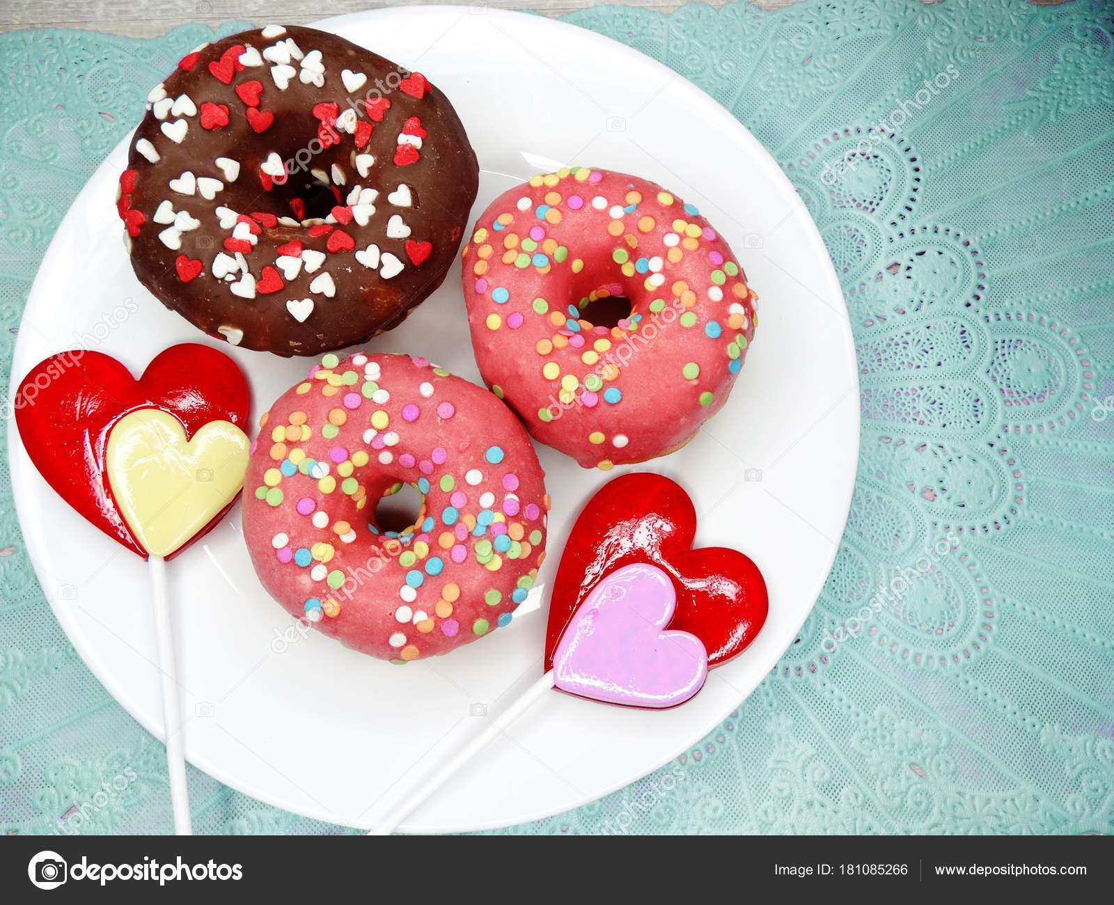Αγάπη του Αγίου Βαλεντίνου σοκολάτα ντόνατς με καρδιά γλειφιτζούρι σε μπλε  φόντο — Εικόνα από Nastya22 bba0734a517