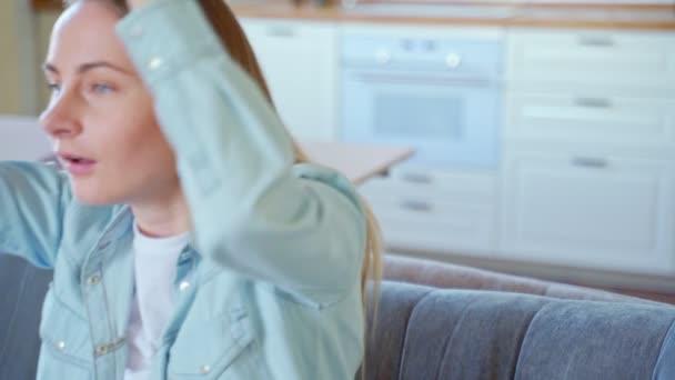 Žena, relaxační, ležel na gauči doma