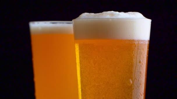 Dvě sklenice piva na stole s černým pozadím