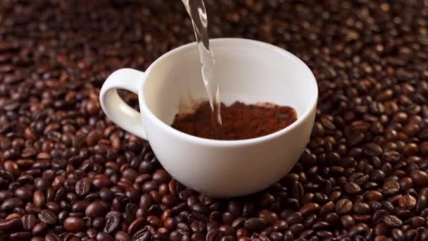 Boční pohled káva se nalévá do poháru