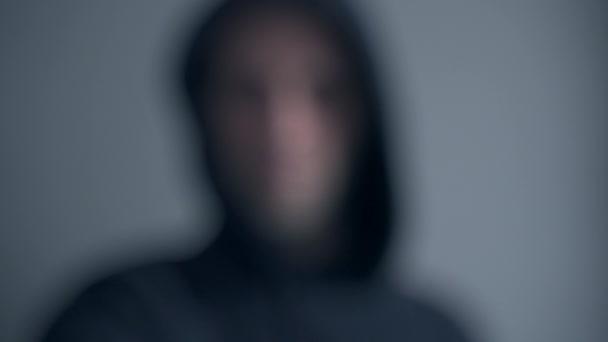Bűnügyi célzókamera, fenyegető betörő az áldozatra.