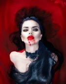 Fotografie Sexy Vampir Frau liegend in einem Bad