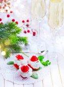 Fotografie Legrační dezert jahoda Santa plněná šlehačkou