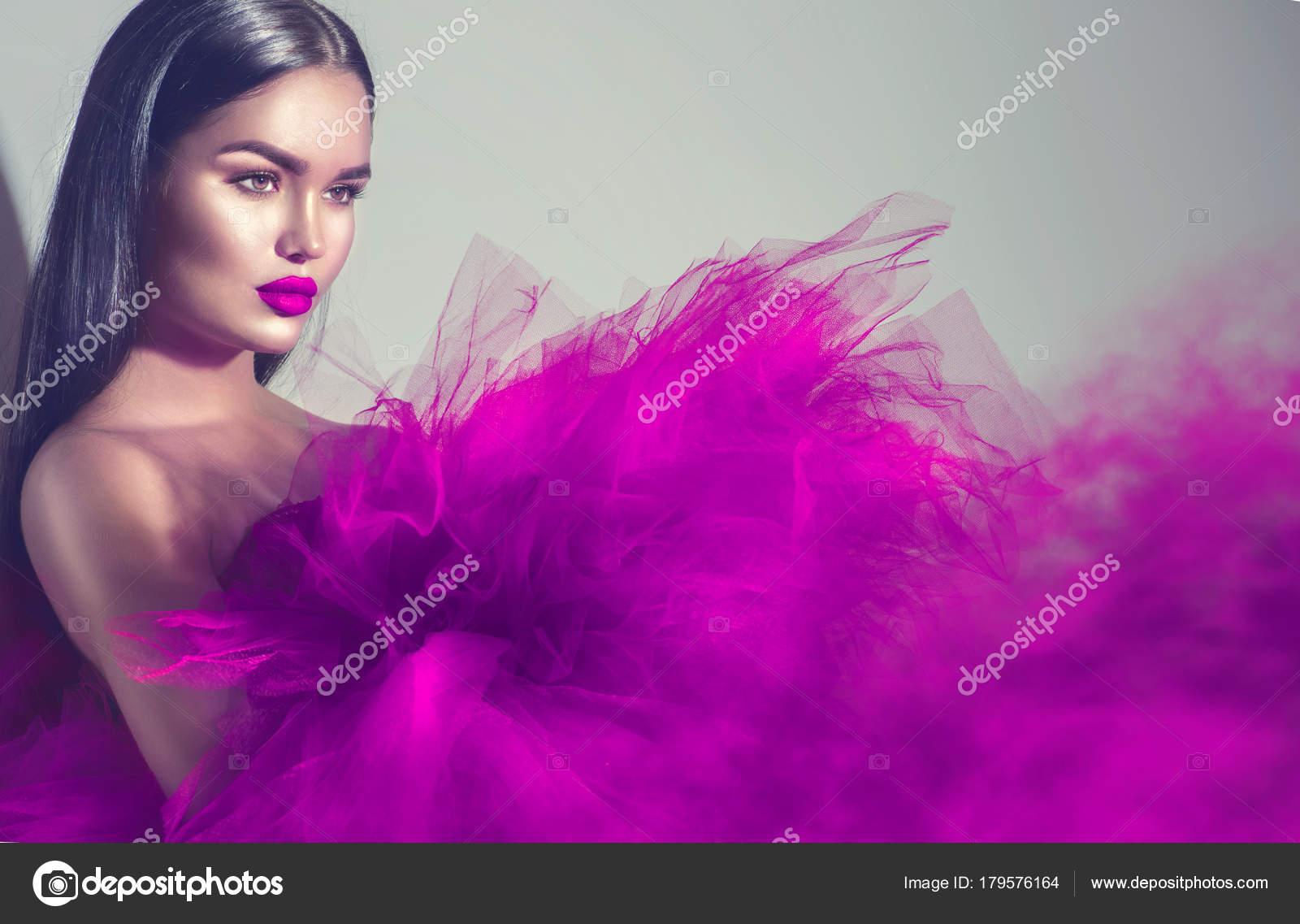 Mujer Hermosa Modelo Morena Vestido Púrpura — Foto de stock ...