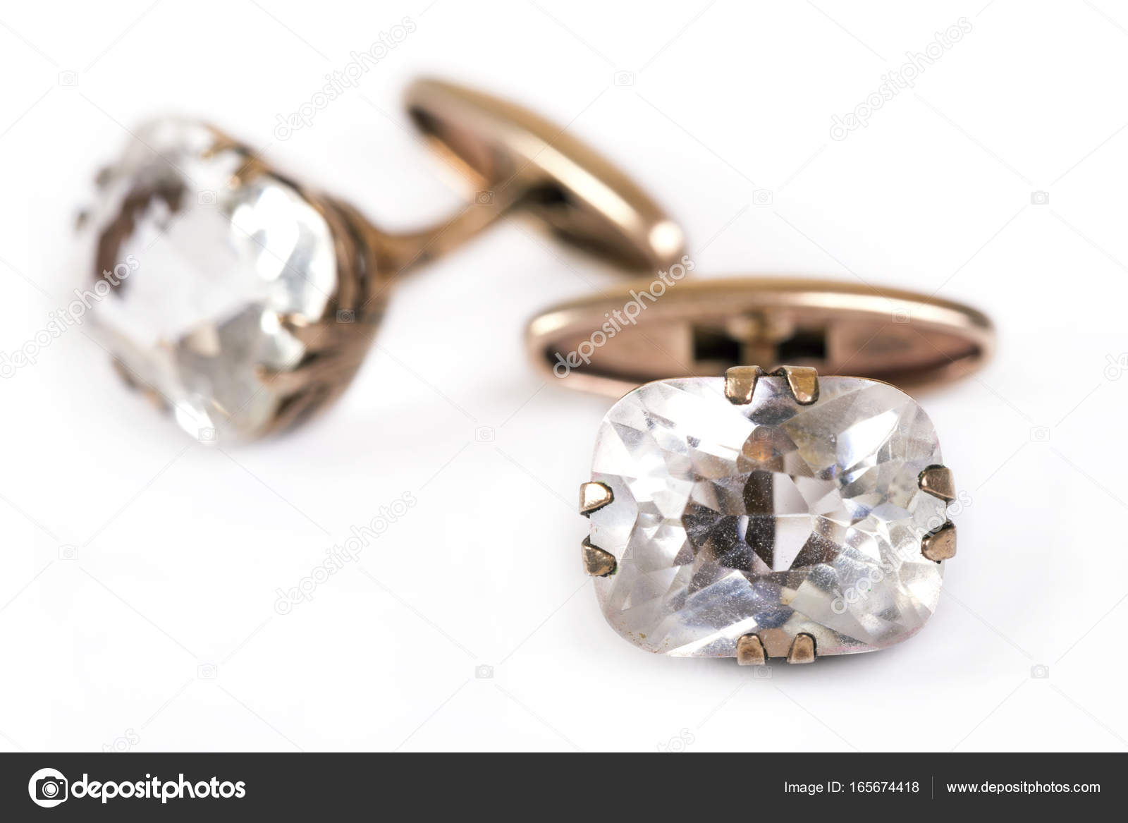 866d948156 Αρχαία χρυσά ανδρικά μανικετόκουμπα με κρύσταλλο βράχου είναι απομονωμένα  σε λευκό φόντο — Εικόνα από ...