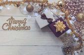 Vánoční pozadí se svátečními dekoracemi na bílé dřevo zpět
