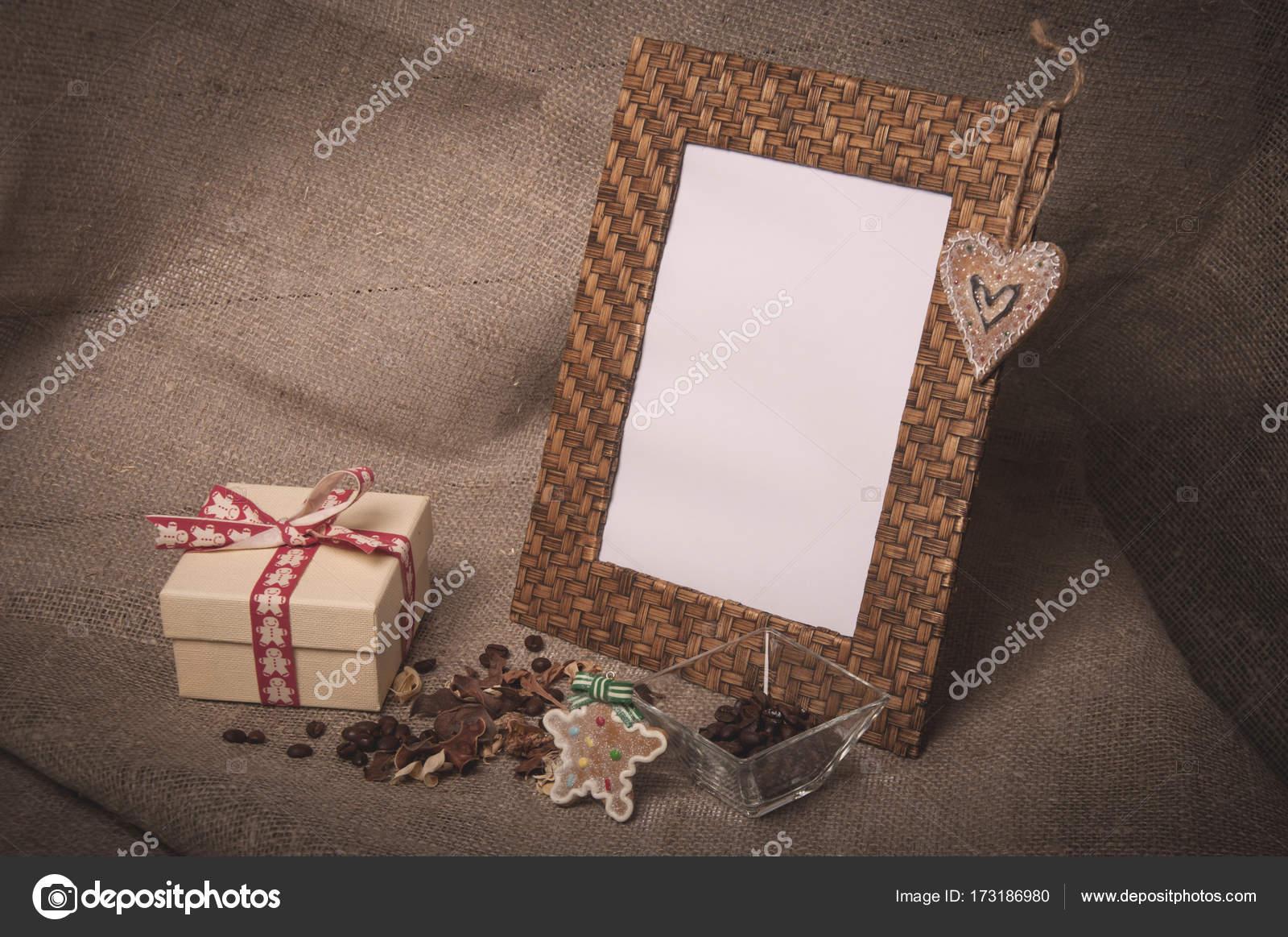 Desktop-Fotorahmen und Kaffeebohnen mit Geschenk-Box auf Leinen ...
