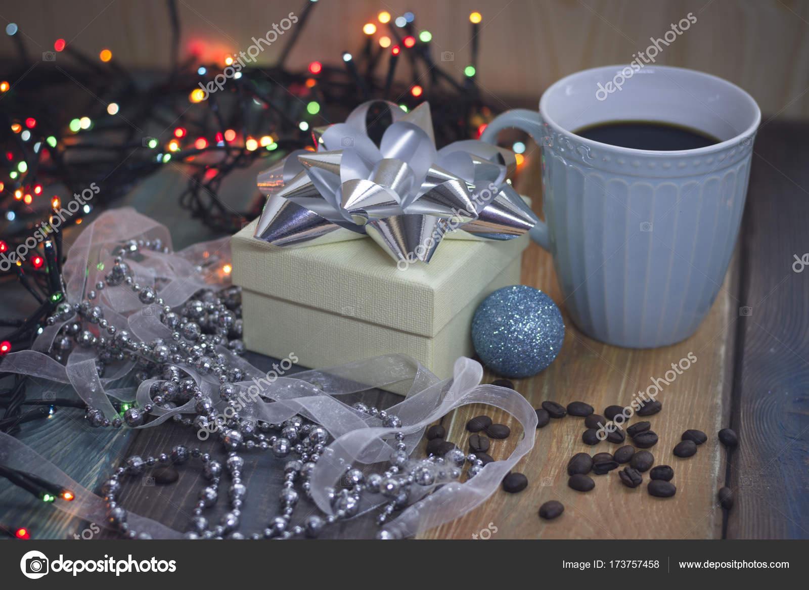 Blaue Weihnachtsbeleuchtung.Weißen Geschenkbox Blau Cup Blaue Kugel Und Perlen Auf Dem Tisch