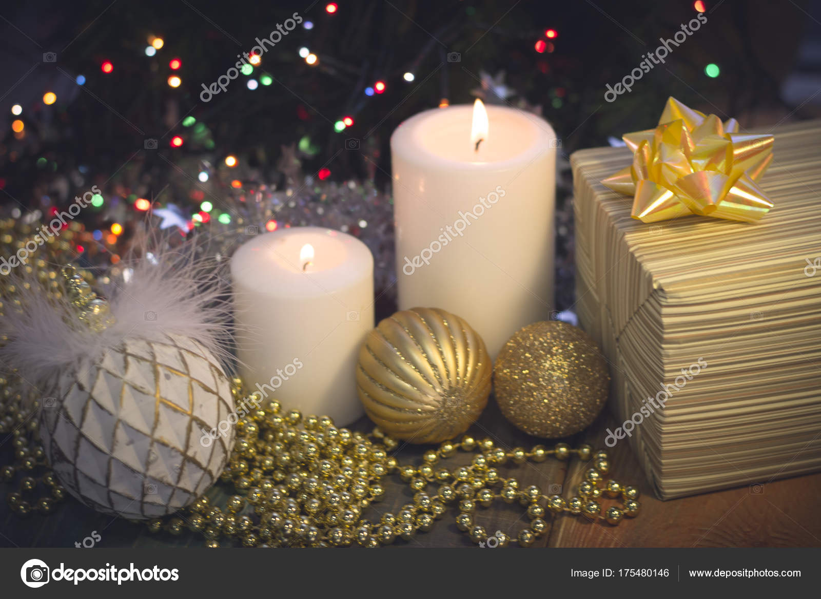 Decorare Candele Bianche : Natura morta con candele decorazioni natalizie e un contenitore