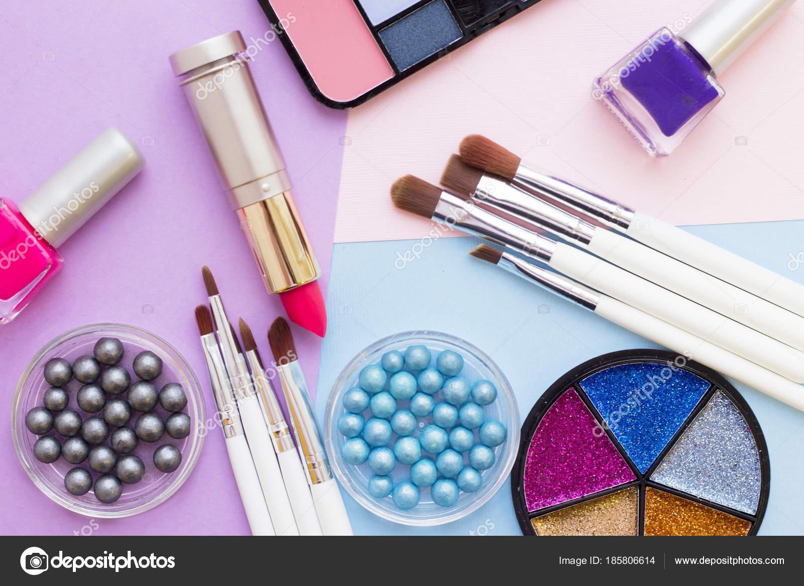 Productos cosméticos sobre fondo de colores pastel — Foto de stock ...
