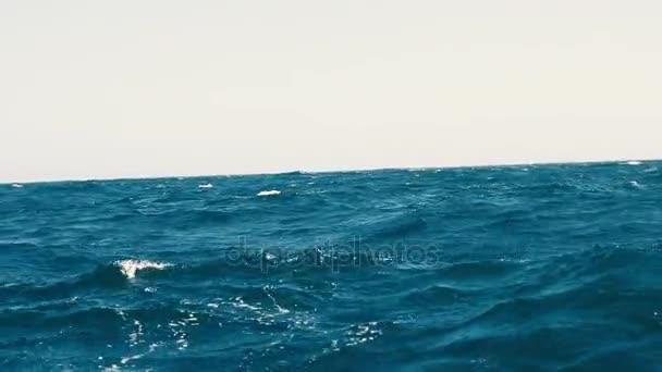 Krásné modré mořské vlny. Velké bouřlivém oceánu vlny. Rozbouřeném moři. Jachta zobrazení.
