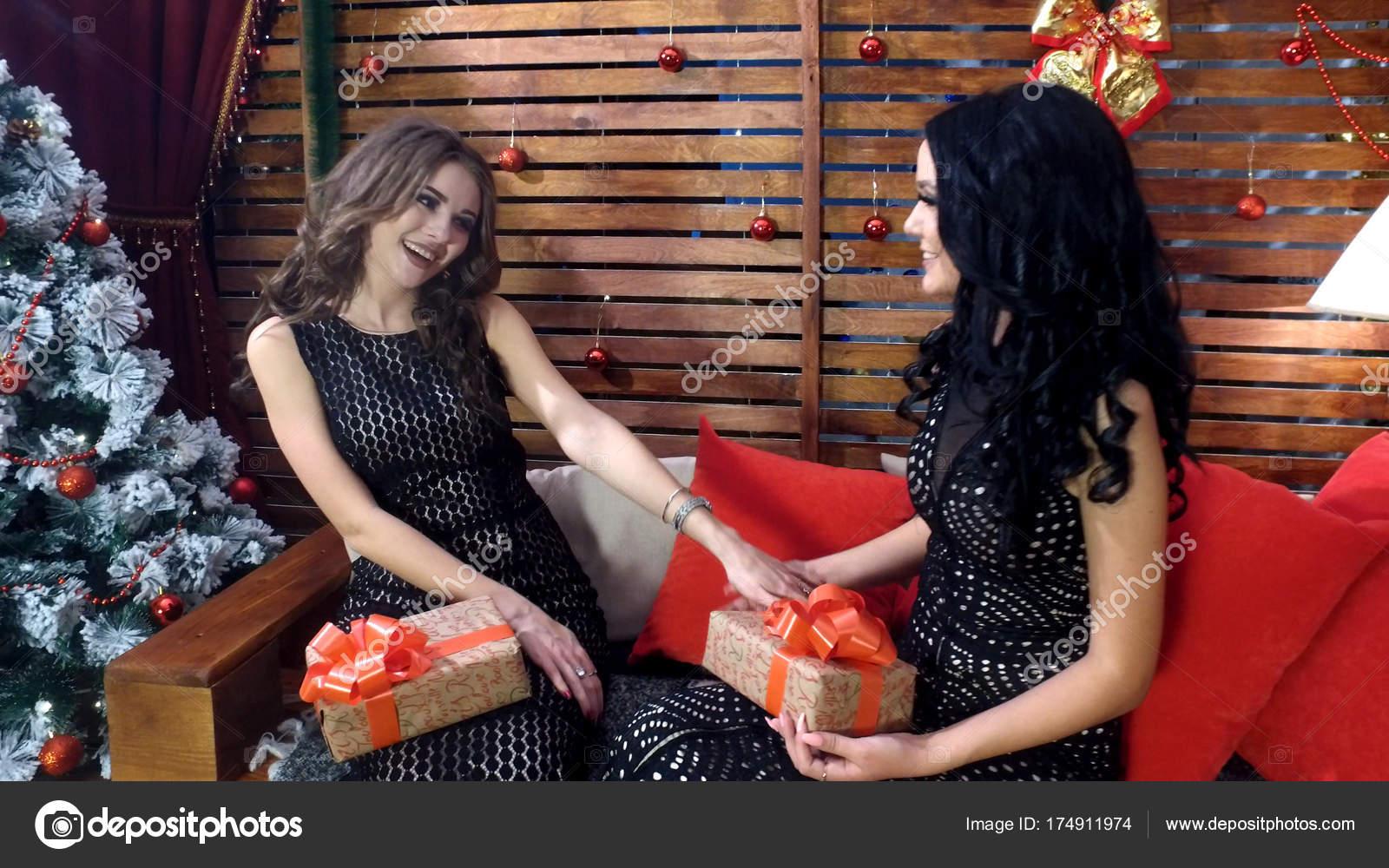 4d36a8397096 Δύο όμορφα κορίτσια με μακριά μαλλιά μαύρα φορέματα μιλάμε και ...