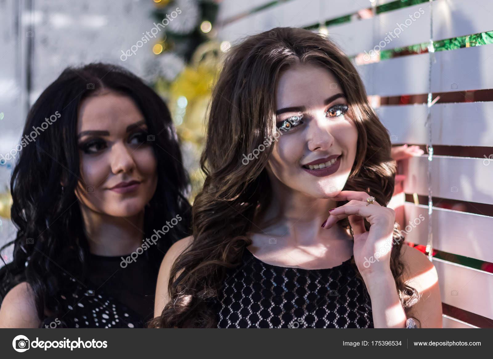 513fe504f789 Δύο όμορφα κορίτσια σε μαύρο βραδινά φορέματα κοντά σε ένα λευκό ...