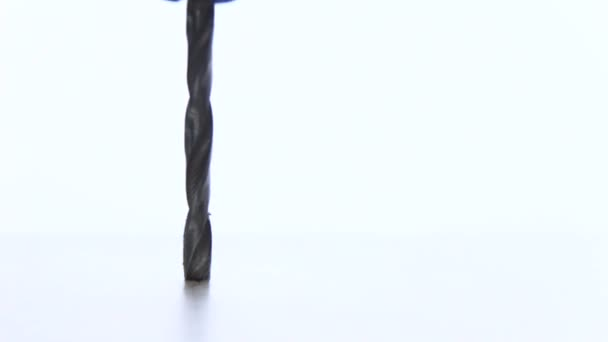 Vrtání otvorů v bílé lamino. Dřevěný nábytek. DIY domů. Makro. Closeup. Copyspace
