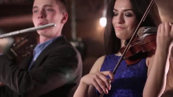 f0fc59c64 Músico Dos Personas Tocando Música Una Morena Hermosa Vestido Azul– metraje  de stock