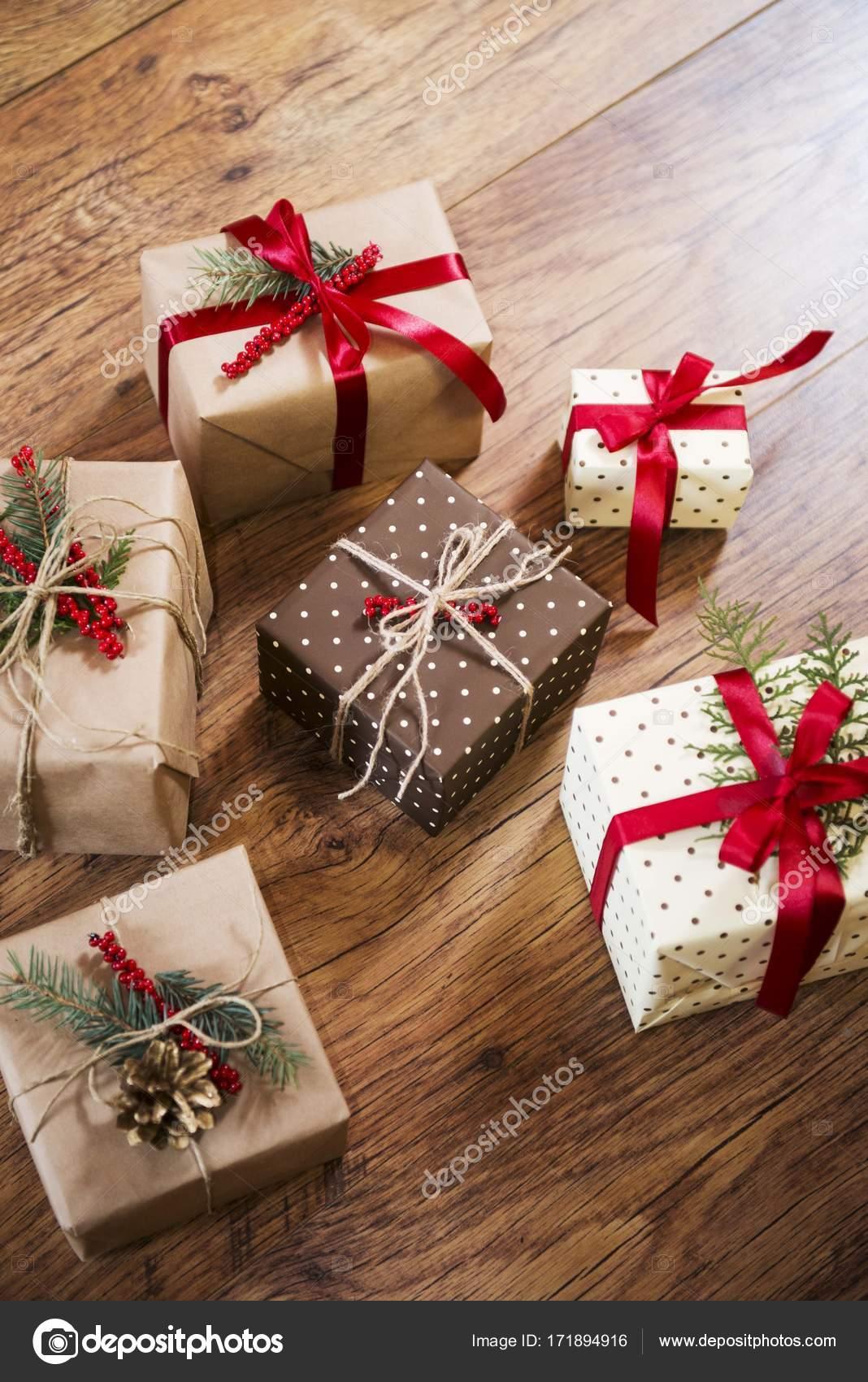 Regali Di Natale In Legno.Regali Di Natale Sulla Tavola Di Legno Foto Stock C Djordjenovakov