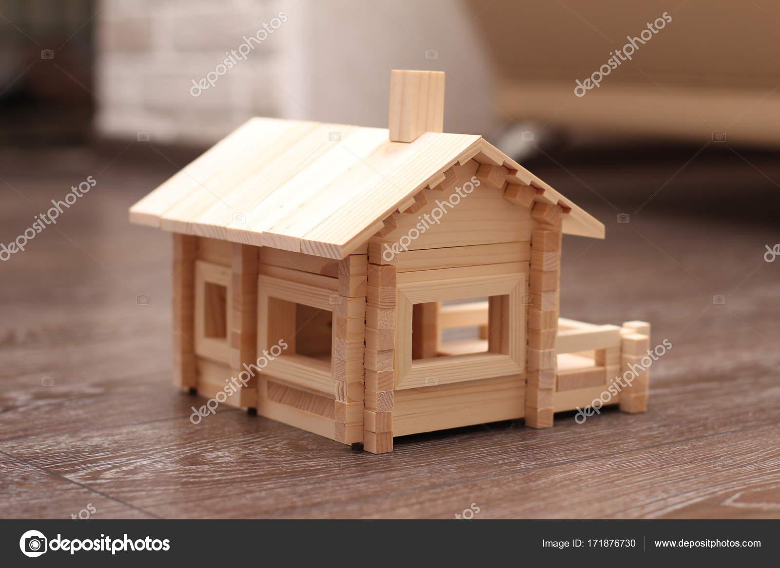 d4e51a4c604e Παιχνίδι σπίτι από ξύλινες ράβδους — Φωτογραφία Αρχείου © Svoboda102 ...