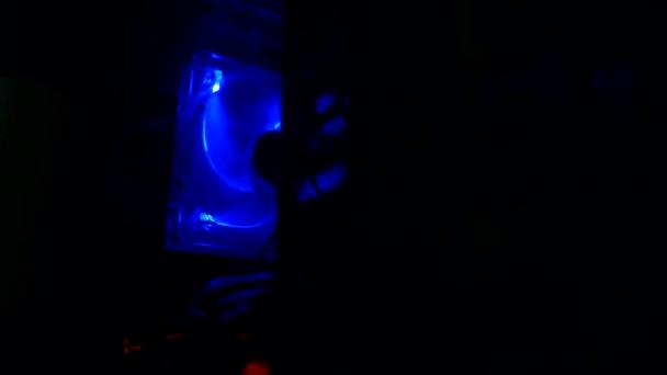 Erős számítógép hűtő mozgásban kék háttérvilágítással. A komputertáska töredéke. Cpu hűtő.