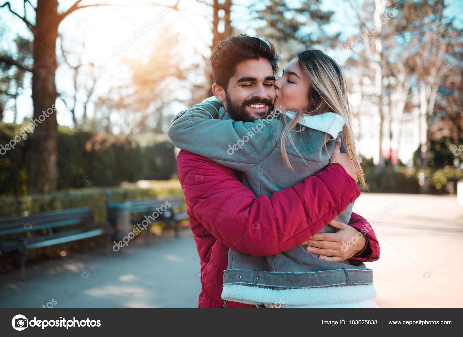 Junge Schone Paar Geniessen Stadt Fuss Valentinstag Freund Seine