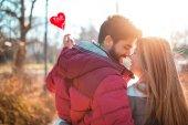 Pár v lásce těší v okamžiky štěstí. Láska, Seznamka, romantika. Den svatého Valentýna.