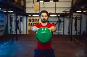 Photo Strong man with kettlebell