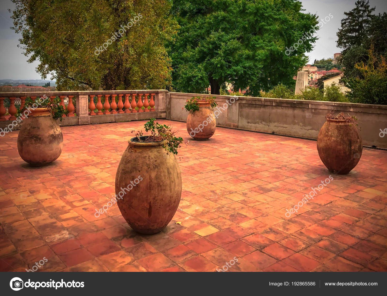 Grandi Vasi Da Fiori In Ceramica Sul Pavimento In Ceramica Terrazza