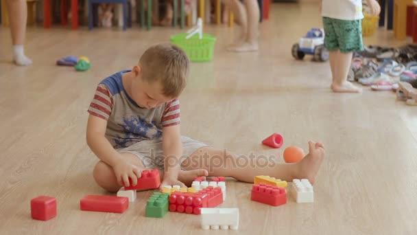 Boy Toy sestavení. Dětská hra s bloky