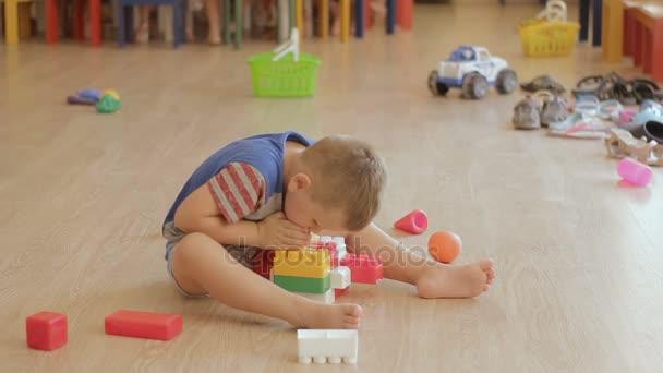 Boy Toy sestavení. Dítě dokončit hra s bloky