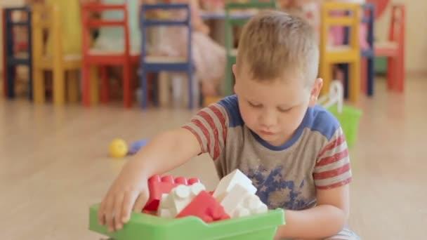 Dítě hrát s bloky v mateřské školce