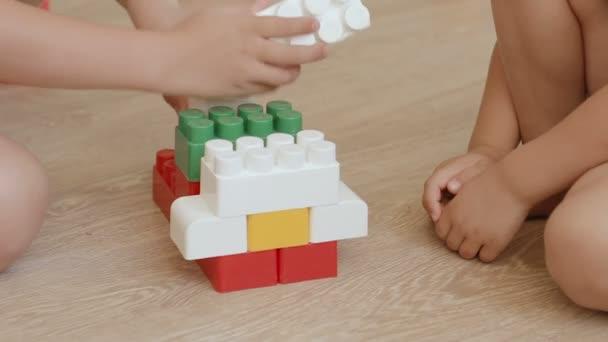 děti hrají s bloky