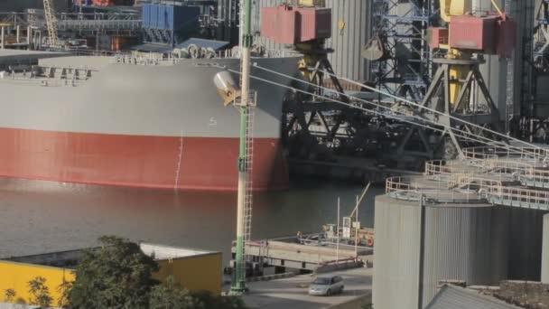 loď pro naložení nákladu v přístavu